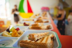 Πρωινό γεύμα με φρούτα και τοστ