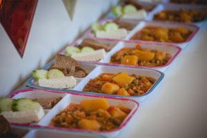 Αρακάς με πατάτες, σαλάτα, φέτα και ψωμάκι
