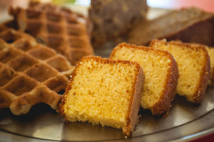 Πρωινό γεύμα με βάφλες και κέικ