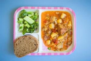 Μοσχαράκι κοκκινιστό με πατάτες, σαλάτα και ψωμάκι