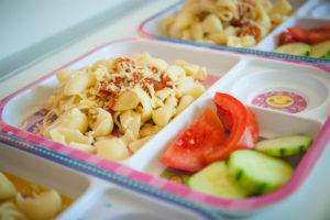 Μακαρόνια με σάλτσα και σαλάτα